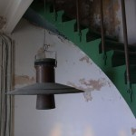 Liten lampa invid fyrens trappa.